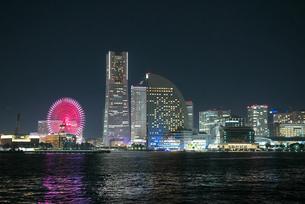 船上から撮影した横浜みなとみらいの夜景の写真素材 [FYI03432160]