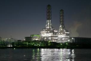 運河から撮影した京浜工業地帯の火力発電所の夜景の写真素材 [FYI03432162]