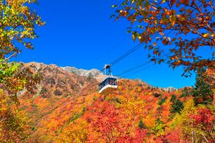 秋の立山ロープウェイ 快晴の空と紅葉の写真素材 [FYI03432258]