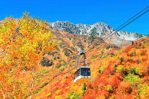 秋の立山ロープウェイ 快晴の空と紅葉の写真素材 [FYI03432272]