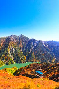秋の立山ロープウェイ 快晴の空と紅葉の写真素材 [FYI03432279]