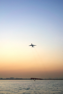 夕暮れに羽田空港A滑走路から離陸する飛行機の写真素材 [FYI03432356]