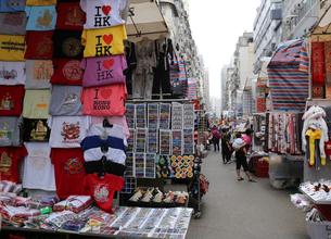 香港・旺角(モンコック)地区の通菜街。通称「女人街」道の両側に衣類や香港土産のTシャツを売る屋台が並ぶ。の写真素材 [FYI03432499]