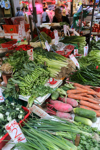 香港・旺角(モンコック)地区の青空市場で売られる野菜。日本にない野菜も多いの写真素材 [FYI03432502]