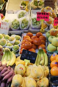 香港・旺角(モンコック)地区の青空市場で売られる世界各国から集められた果物。日本産のナシ、モモなどは高価だが人気が高いの写真素材 [FYI03432545]