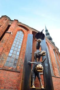 ラトビア・首都リガの旧市街にある聖ペトロ教会の横にある像はリガの姉妹都市ブレーメンから送られた動物の音楽隊の銅像の写真素材 [FYI03432582]