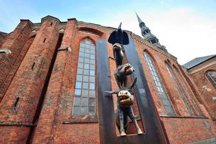 ラトビア・首都リガの旧市街にある聖ペトロ教会の横にある像はリガの姉妹都市ブレーメンから送られた動物の音楽隊の銅像の写真素材 [FYI03432583]