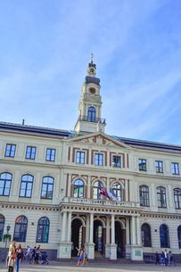 ラドビア・首都リガの2003年に再建されたバロック様式の塔を持つ市庁舎(中世旧市街の市庁舎広場周辺の建物は第二次世界大戦で破壊された)の写真素材 [FYI03432653]
