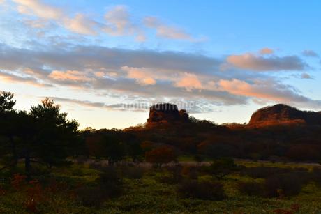 榛名山 スルス岩と周辺風景 秋の朝の写真素材 [FYI03432967]
