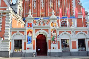 ラトビア・首都リガ世界遺産歴史地区にあるブラックヘッドの会館・中世ハンザ同盟貿易で栄えた時代に未婚の貿易商人の会館として1334年建設されたが第2次世界大戦で破壊され1999年リガ創設800年を記念して再建されたの写真素材 [FYI03433323]