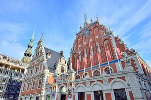 ラトビア・首都リガ世界遺産歴史地区にあるブラックヘッドの会館・中世ハンザ同盟貿易で栄えた時代に未婚の貿易商人の会館として1334年建設されたが第2次世界大戦で破壊され1999年リガ創設800年を記念して再建されたの写真素材 [FYI03433332]