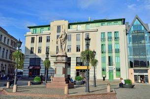 ラドビア・首都リガの2003年に再建されたバロック様式の塔を持つ市庁舎と聖ローランド像のある市庁舎広場でくつろぐ人々の写真素材 [FYI03433335]