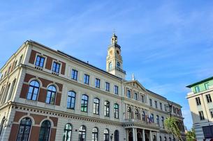ラドビア・首都リガの2003年に再建されたバロック様式の塔を持つ市庁舎(中世旧市街の市庁舎広場周辺の建物は第二次世界大戦で破壊された)の写真素材 [FYI03433336]