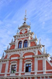 ラトビア・首都リガ世界遺産歴史地区にあるブラックヘッドの会館(中世ハンザ同盟貿易で栄えた時代に未婚の貿易商人の会館として1334年建設されたが第2次世界大戦で破壊され1999年リガ創設800年を記念して再建された)の写真素材 [FYI03433345]