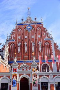 ラトビア・首都リガ世界遺産歴史地区にあるブラックヘッドの会館(中世ハンザ同盟貿易で栄えた時代に未婚の貿易商人の会館として1334年建設されたが第2次世界大戦で破壊され1999年リガ創設800年を記念して再建された)の写真素材 [FYI03433348]