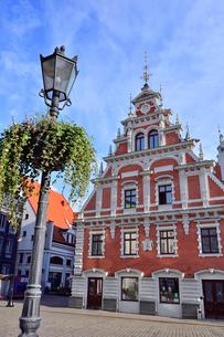 ラトビア・首都リガ世界遺産歴史地区にあるブラックヘッドの会館・中世ハンザ同盟貿易で栄えた時代に未婚の貿易商人の会館として1334年建設されたが第2次世界大戦で破壊され1999年リガ創設800年を記念して再建されたの写真素材 [FYI03433364]