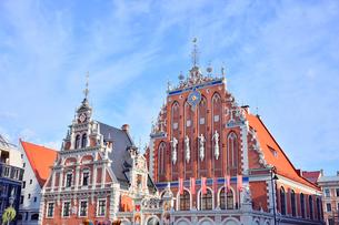 ラトビア・首都リガ世界遺産歴史地区にあるブラックヘッドの会館・中世ハンザ同盟貿易で栄えた時代に未婚の貿易商人の会館として1334年建設されたが第2次世界大戦で破壊され1999年リガ創設800年を記念して再建されたの写真素材 [FYI03433377]