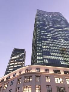 夕暮れの高層ビルの写真素材 [FYI03433383]