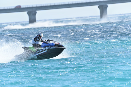 水上オートバイの写真素材 [FYI03433400]