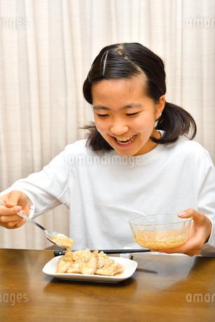 ご飯を食べる女の子の写真素材 [FYI03433404]