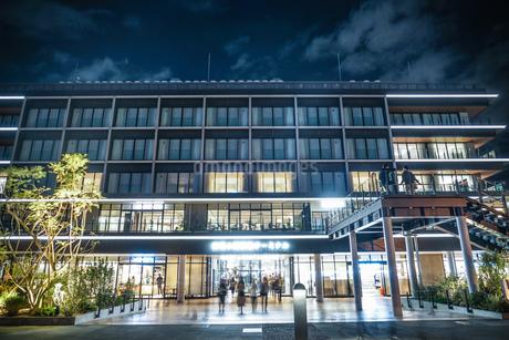 横浜ハンマーヘッドと横浜の夜景の写真素材 [FYI03433628]