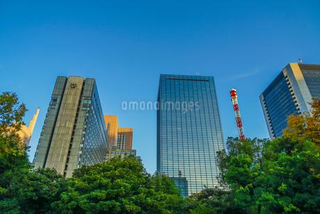 有楽町のビル群と青空の写真素材 [FYI03433742]
