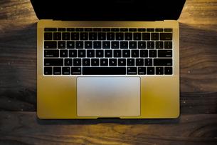 スタイリッシュなノートパソコンのキーボードのイメージの写真素材 [FYI03433747]