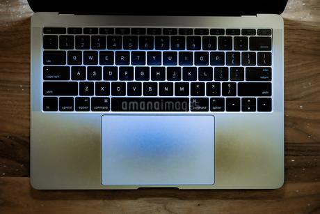 スタイリッシュなノートパソコンのキーボードのイメージの写真素材 [FYI03433748]