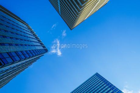 秋葉原のビル群と晴天の空の写真素材 [FYI03433786]