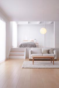 広くてシンプルな明るい部屋の写真素材 [FYI03433810]
