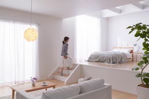 ステップフロアの広くてシンプルな部屋の写真素材 [FYI03433836]