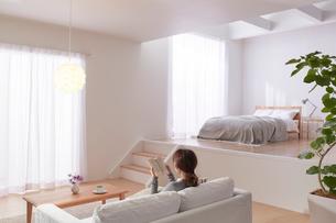 ステップフロアの広くてシンプルな部屋の写真素材 [FYI03433837]
