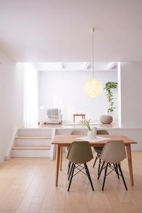 ステップフロアの広くてシンプルな部屋の写真素材 [FYI03433840]