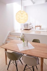ステップフロアの広くてシンプルな部屋の写真素材 [FYI03433842]