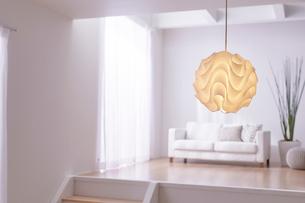 ステップフロアの広くてシンプルな部屋の写真素材 [FYI03433850]