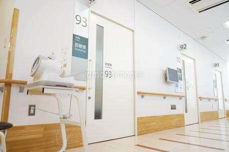 病院 診察室 通路の写真素材 [FYI03433923]