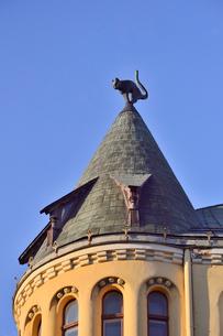 ラトビア歴史地区世界遺産リガ旧市街のアールヌーヴォー建築の貴重な建物で猫の家と言われている・かつての住人のラトビア人がギルド(ドイツ人のみ入会が許されていた商工業者の会)の入会拒否されギルド会館にお尻を向けた猫の像を屋根に付けたが後には入会できて現在はギルド会館の方に向きを変えているの写真素材 [FYI03434075]