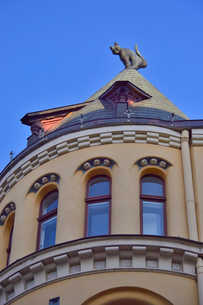 ラトビア歴史地区世界遺産リガ旧市街のアールヌーヴォー建築の貴重な建物で猫の家と言われている・かつての住人のラトビア人がギルド(ドイツ人のみ入会が許されていた商工業者の会)の入会拒否されギルド会館にお尻を向けた猫の像を屋根に付けたが後には入会できて現在はギルド会館の方に向きを変えているの写真素材 [FYI03434079]