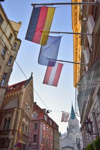 ラトビア・首都リガ世界遺産歴史地区の中世の雰囲気のある建物とカトリック教会の写真素材 [FYI03434082]