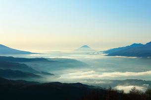 高ボッチ高原より富士山と諏訪湖の写真素材 [FYI03434206]