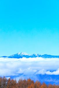 秋の高ボッチ高原より冠雪の乗鞍岳の写真素材 [FYI03434223]