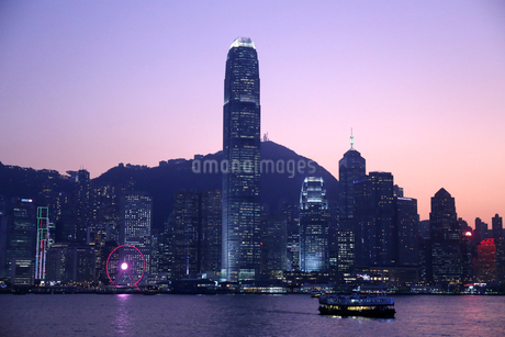 夕方の香港・ビクトリア湾を行くスターフェリー。後方は香港島の高層ビル群の写真素材 [FYI03434239]