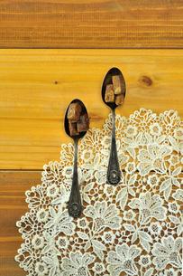 銀製スプーンの上の黒糖の写真素材 [FYI03434249]
