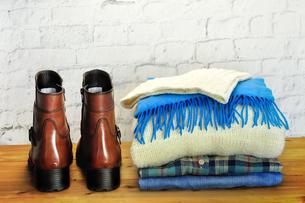 冬物衣類と革製ブーツの写真素材 [FYI03434256]