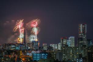 横浜の街並みと花火(みなとみらいスマートフェスティバル)の写真素材 [FYI03434272]