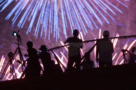 花火と人々のシルエットの写真素材 [FYI03434283]