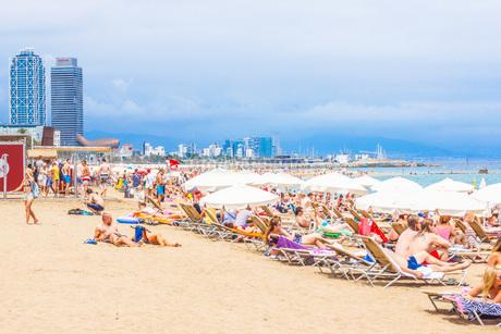 バルセロネータビーチ(スペイン・バルセロナ)の写真素材 [FYI03434294]