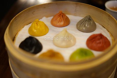 台湾のカラフルな小籠包のイメージの写真素材 [FYI03434296]