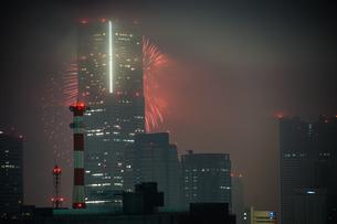 横浜ランドマークタワーと花火(トワイライトスパークリング2019)の写真素材 [FYI03434324]