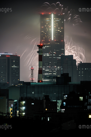 横浜ランドマークタワーと花火(トワイライトスパークリング2019)の写真素材 [FYI03434330]